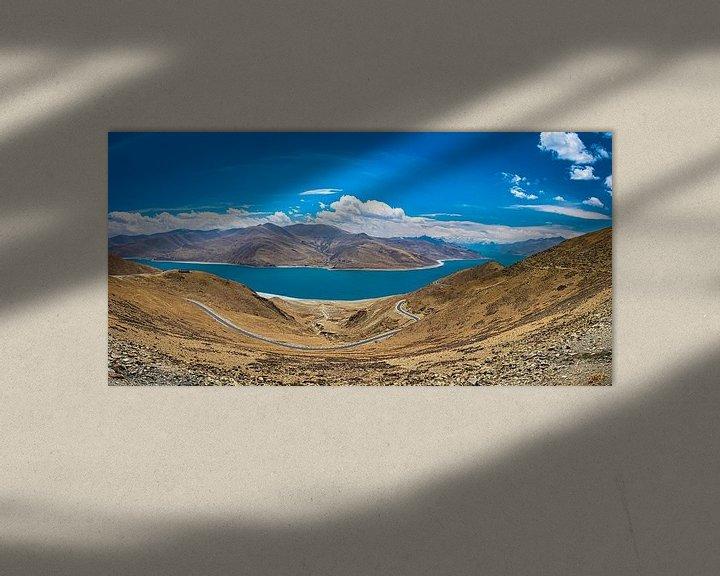 Sfeerimpressie: Weg door de bergen langs het Yamdrok meer, Tibet van Rietje Bulthuis
