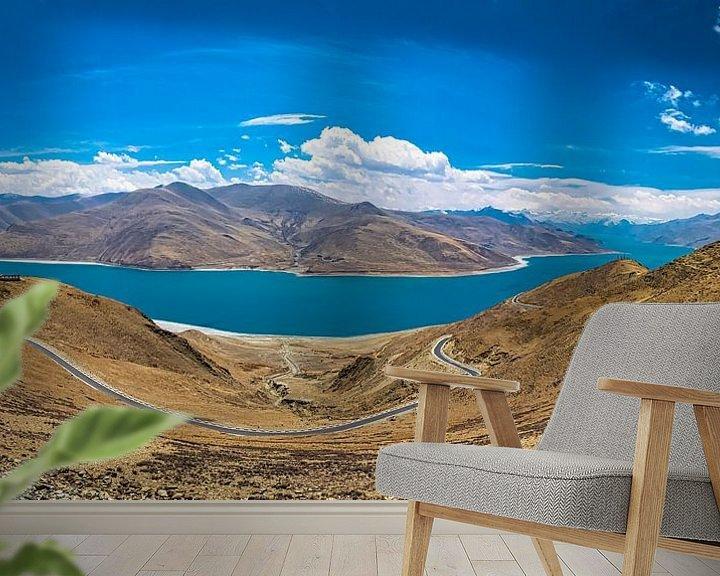 Sfeerimpressie behang: Weg door de bergen langs het Yamdrok meer, Tibet van Rietje Bulthuis