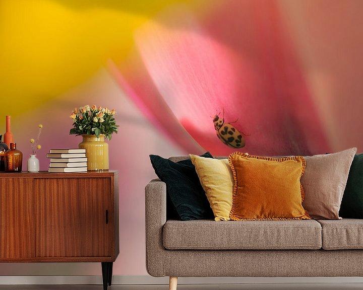 Sfeerimpressie behang: Sweet surprise (pastelkleurige tulpen met lieveheersbeestje) van Birgitte Bergman
