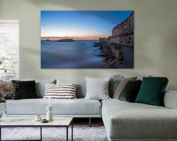 Saint Malo, de zee en haar stadsmuur vlak na zonsondergang van Ardi Mulder