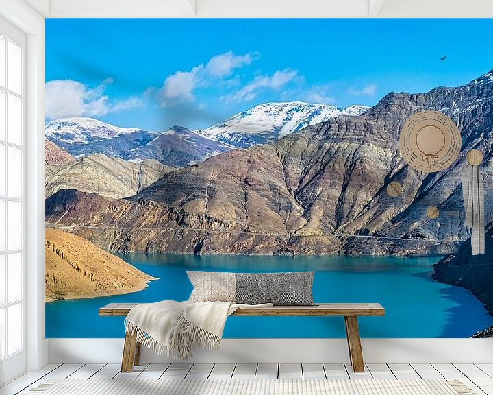 Sfeerimpressie behang: Panorama van een prachtig blauw meer in Tibet van Rietje Bulthuis