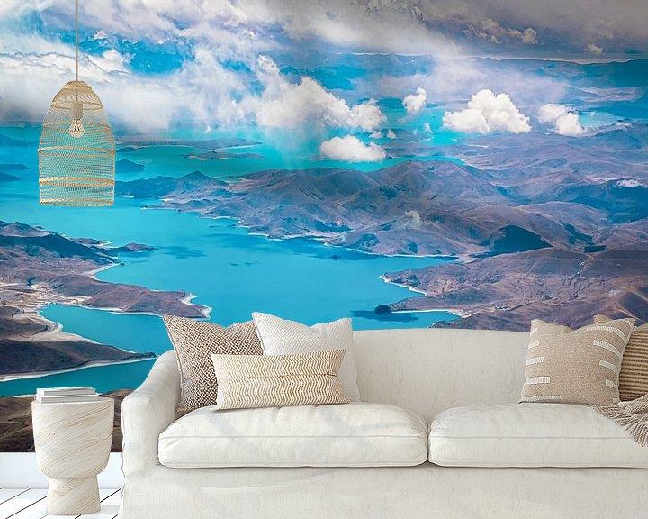 Sfeerimpressie behang: Het Yamdrokmeer gezien vanuit de lucht, Tibet van Rietje Bulthuis