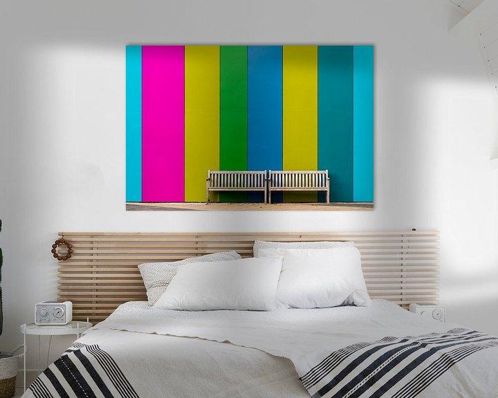 Sfeerimpressie: Bankje voor gekleurde muur van Maerten Prins