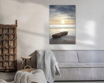Wrakhout jutten tijdens zonsondergang op het strand van Julianadorp (3) van Gerben van Dijk