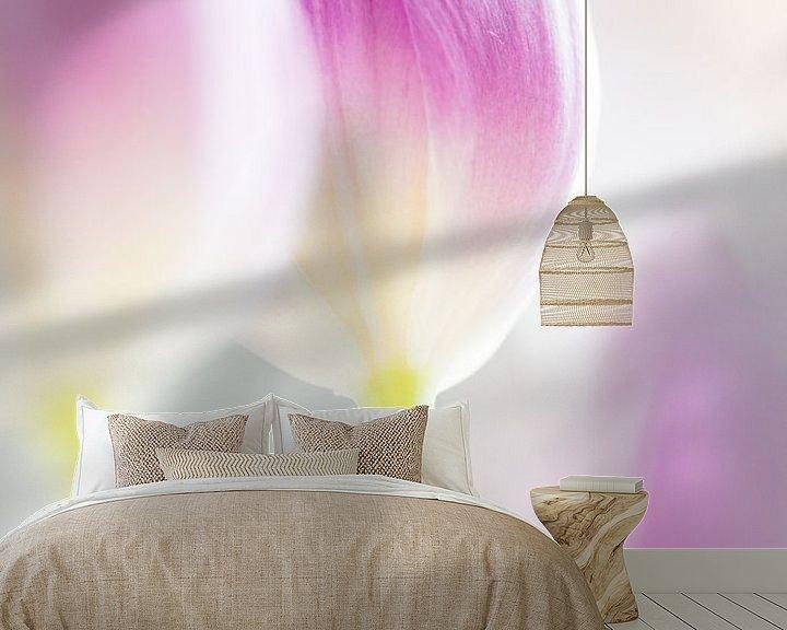 Sfeerimpressie behang: Tulp in high key van Greetje van Son