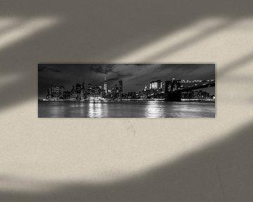 Manhattan -Skyline nachts schwarz und weiß von Tessa Louwerens