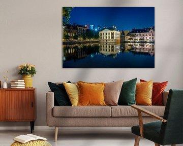 Het Mauritshuis en de Hoftoren aan de Hofvijver in de nacht van Ricardo Bouman