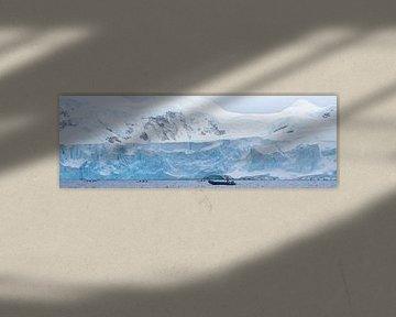 Zodiak cruising over de arctische zee van Eric de Haan