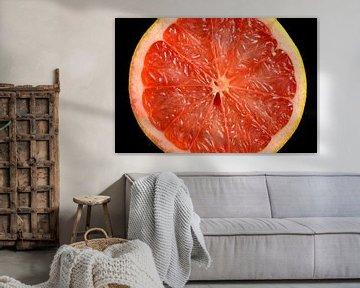 Dwarsdoorsnede van een frisse oranje grapefruit van Sjoerd van der Wal