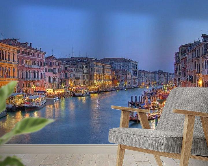 Sfeerimpressie behang: Grand Canal Venetie in de schemer van Rens Marskamp
