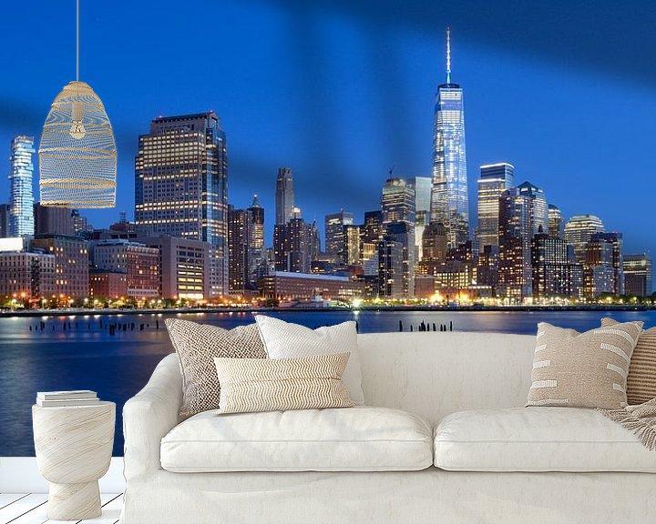 Sfeerimpressie behang: Manhattan Skyline in de avond, panorama van Merijn van der Vliet