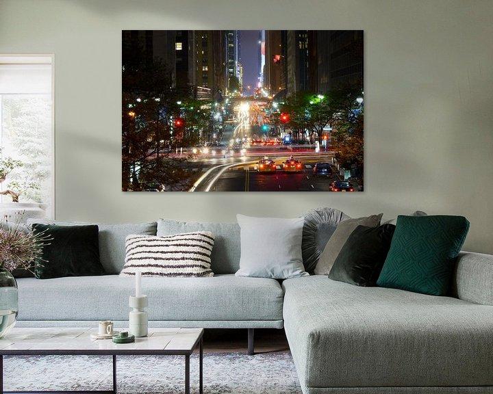 Sfeerimpressie: 42nd Street in Manhattan New York in de avond van Merijn van der Vliet