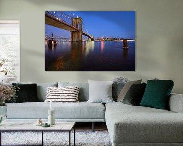 Brooklyn Bridge in New York over de East River in de avond van Merijn van der Vliet