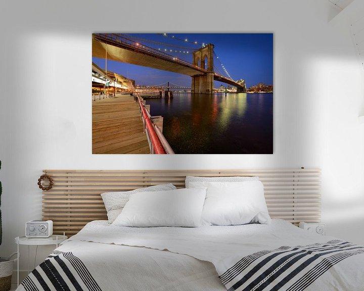 Impression: Brooklyn Bridge in New York over de East River in de avond sur Merijn van der Vliet