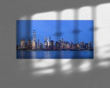 Lower Manhattan Skyline in New York in de avond, panorama sur Merijn van der Vliet