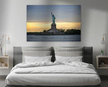 Statue of Liberty ofwel Vrijheidsbeeld in New York tijdens zonsondergang sur Merijn van der Vliet