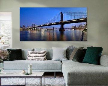 Manhattan Bridge over East River in New York in de avond sur Merijn van der Vliet