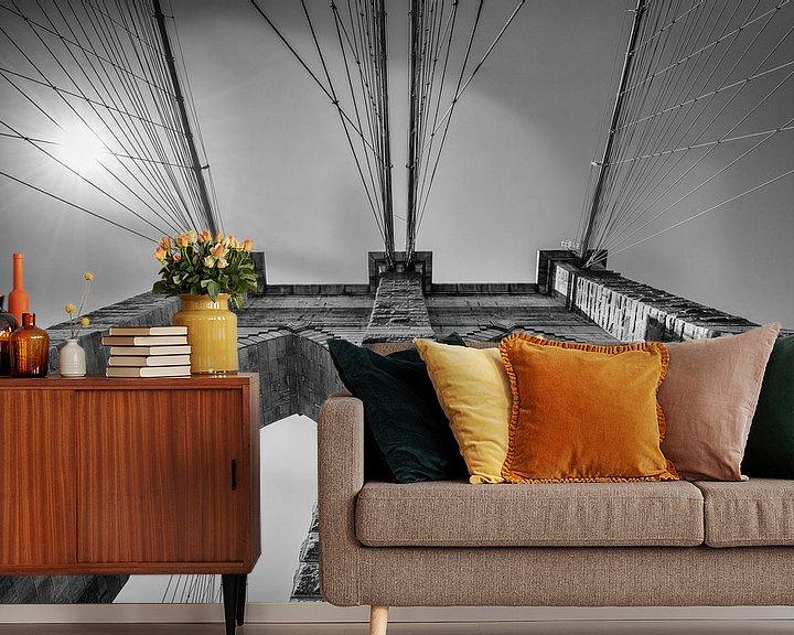 Sfeerimpressie behang: Brooklyn Bridge, New York in Zwart-Wit van Mark De Rooij