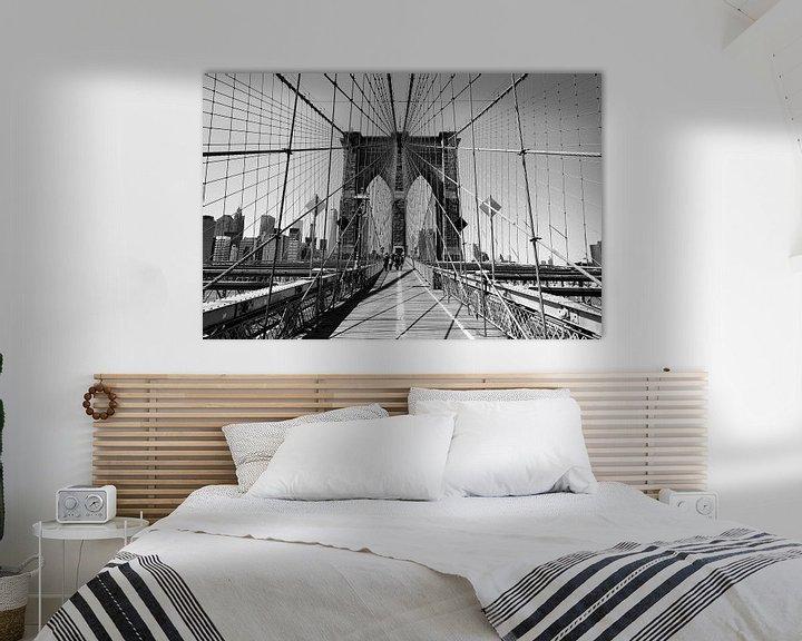 Sfeerimpressie: Op Brooklyn Bridge in New York (zwart-wit) van Mark De Rooij
