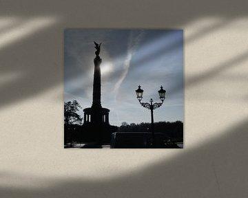 Overwinningszuil met historische straatlantaarn van Ralf Schroeer