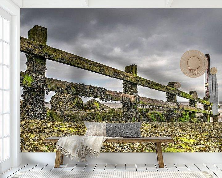 Sfeerimpressie behang: Houten hek met zeewier van Frans Blok