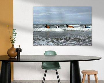 Vier jongeren gaan surfen in de Noordzee