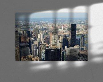 Uitzicht over Manhattan New York met Chrysler Building van Merijn van der Vliet