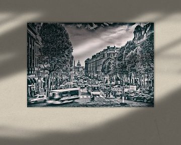 Schwarz-Weiß-Druck von einer stark befahrenen Straße in Paris von Rene du Chatenier