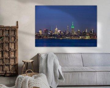 Midtown Manhattan Skyline in New York met het Empire State Building in de avond  sur Merijn van der Vliet