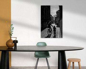 Moeder en kind fietsen onder de Dom van Dutch StreetPhoto