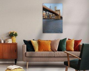 Brooklyn Bridge in New York in de ochtend met One World Trade Center van Merijn van der Vliet