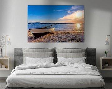Solnedgång, strand, hav och båt på stranden i Rügen. von Twan van den Hombergh