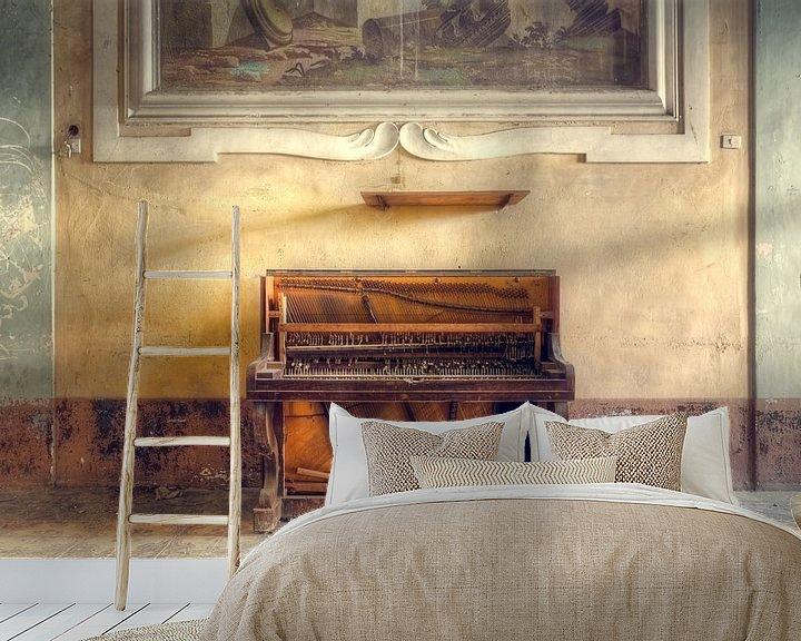 Sfeerimpressie behang: Verlaten Piano tegen Muur. van Roman Robroek