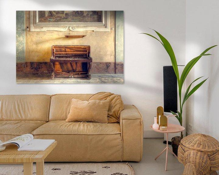 Sfeerimpressie: Verlaten Piano tegen Muur. van Roman Robroek