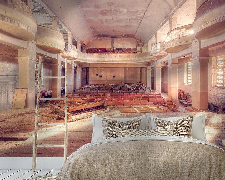 Sfeerimpressie behang: Verlaten Theater met een Piano op het Podium. van Roman Robroek
