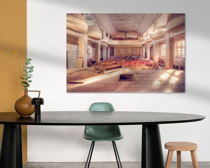 Sfeerimpressie: Verlaten Theater met een Piano op het Podium. van Roman Robroek