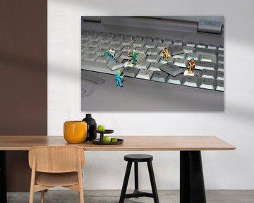 Miniaturwelt  Männer bei der Arbeit, ein Laptop-Tastatur