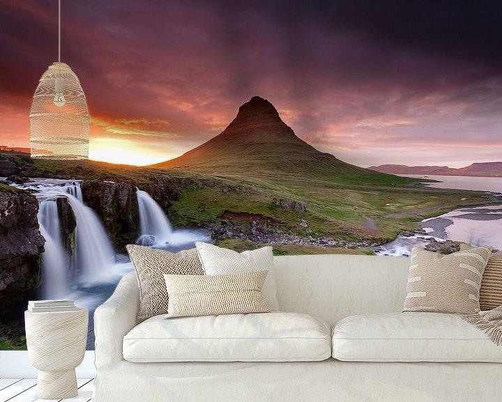 Sfeerimpressie behang: Kirkjufellsfoss  bij midzomernachtzon van Menno Schaefer