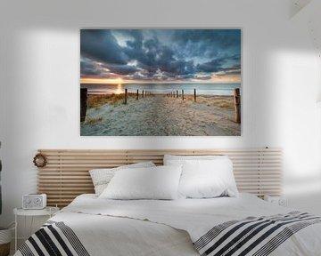 romantic path to the sand beach at sunset van Olha Rohulya