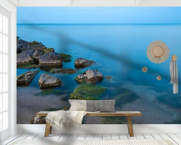 Sfeerimpressie behang: Minimalisme - Strand en een prachtige blauwe gloed van Steven Dijkshoorn