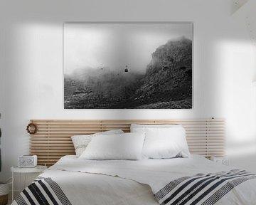 Zwart-wit beeld van kabelbaan in de mist van de Tafelberg in Zuid-Afrika van Romy Wieffer