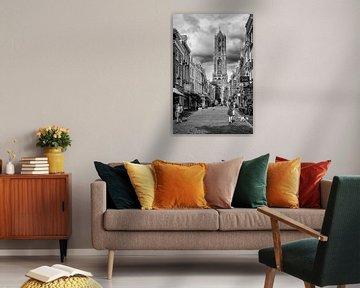 Straatfotografie in Utrecht. De Dom en de Zadelstraat in Utrecht (monochroom)