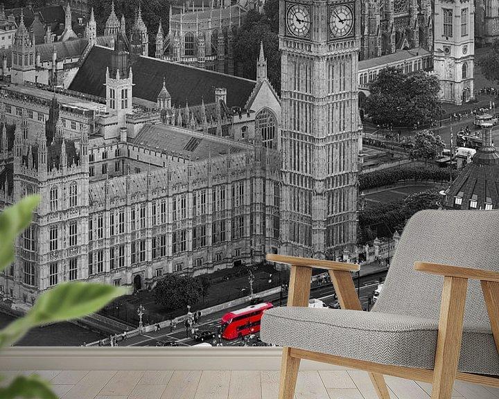 Sfeerimpressie behang: Big Ben met rode bussen te Londen van Anton de Zeeuw