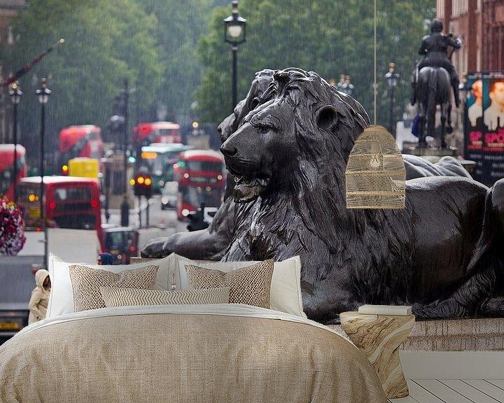 Sfeerimpressie behang: Kijkje op Whitehall vanaf Trafalgar Square te Londen van Anton de Zeeuw