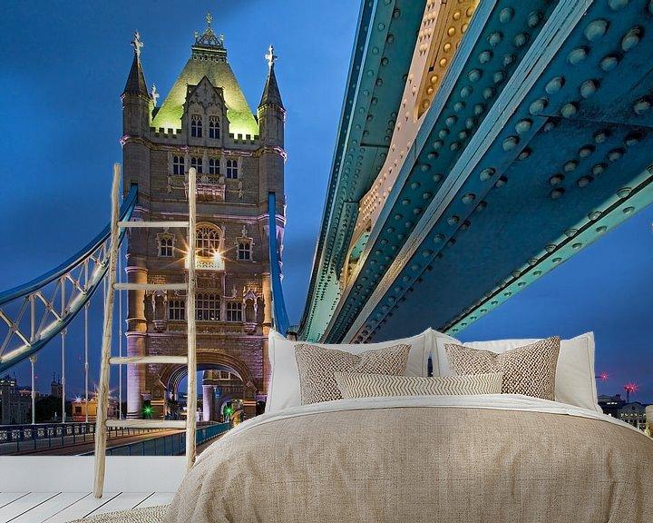 Sfeerimpressie behang: Detail tui van Tower Bridge te Londen van Anton de Zeeuw