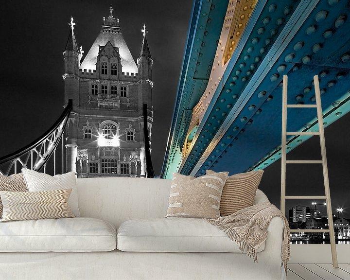 Sfeerimpressie behang: Detail tui van Tower Bridge deels zwart wit te Londen van Anton de Zeeuw