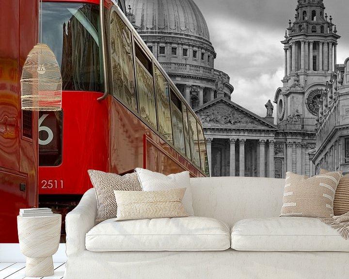 Sfeerimpressie behang: Bussen voor St. Paul's Cathedral te Londen van Anton de Zeeuw