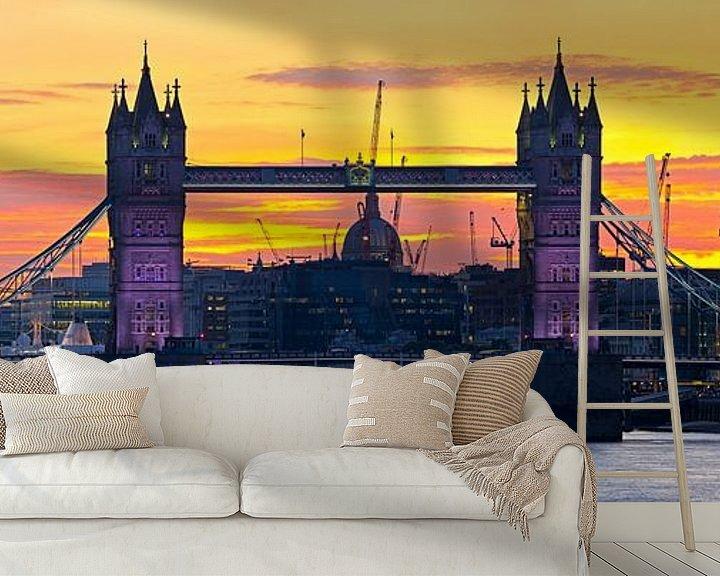 Sfeerimpressie behang: Panorama Tower Bridge vlak na zonsondergang te Londen van Anton de Zeeuw