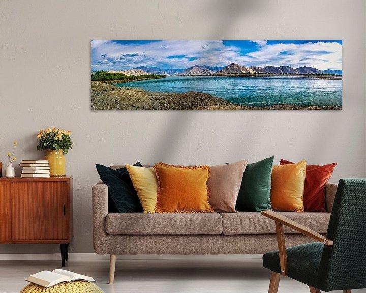 Sfeerimpressie: Panorama lake Yamdrok, Tibet van Rietje Bulthuis