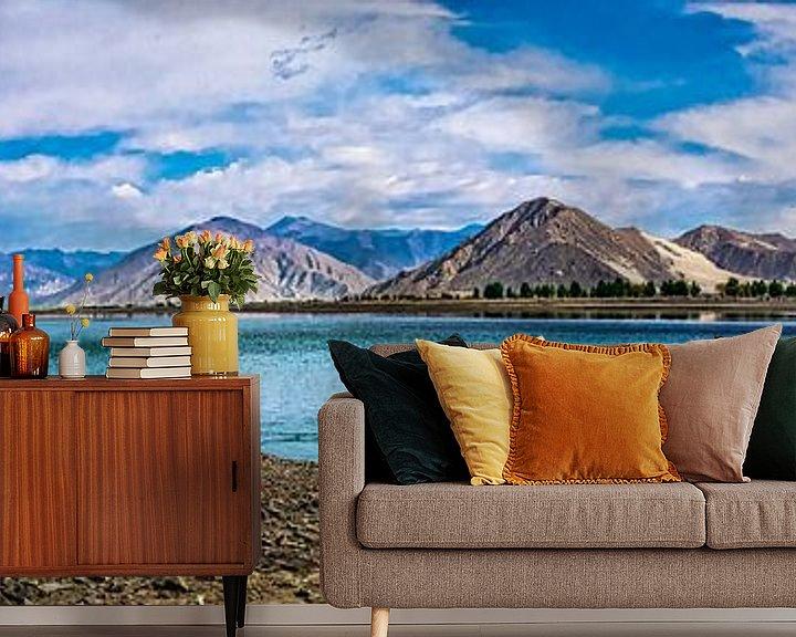 Sfeerimpressie behang: Panorama lake Yamdrok, Tibet van Rietje Bulthuis
